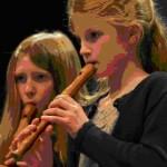 »Schneeflöckchen« auf der Blockflöte: Christine Pütz (rechts) und Franziska Münch sind beim Konzert konzentriert bei der Sache. Foto: Nietner
