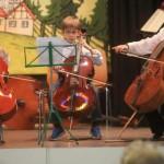 Lehrerin Olena Voznyuk Weißbrodt musiziert mit Thilo Cruchon und Leander Engel (links).Foto: Reuß