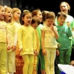 Blau, Gelb und Grün: drei von vier Farbgruppen mit Leiterin Sabine Schwarz auf der Bühne. Foto: Knapp